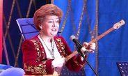 Ақтөбеден «төркіндерін» тапқан домбырашы Татьяна Бурмистрова жиналғандарды күлкіге қарқ қылды